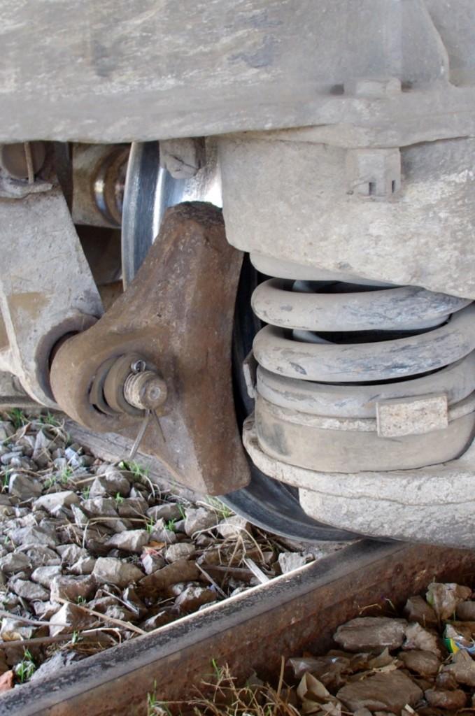 Auch wenn es nicht so aussieht, aber das sollen die Bremsen sein. Kein Wunder, dass an jedem Bahnhof die Mechanik und die Belaghalter mit einem Vorschlaghammer und einem Kuhfuß bearbeiten werden müssen, um sie wieder zu lösen.