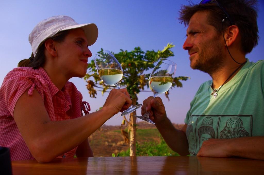 """""""Red Mountain - Sauvignon Blanc"""", das ist der richtige Tropfen um auf unseren Myanmar-Trip anzustoßen."""