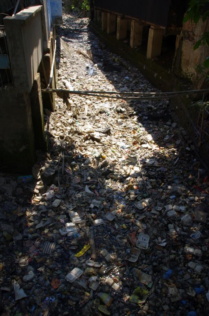 Mawlamyine: Auch hier im Süden Myanmars ist das Problem der Müllbeseitigung nicht allen bewußt.