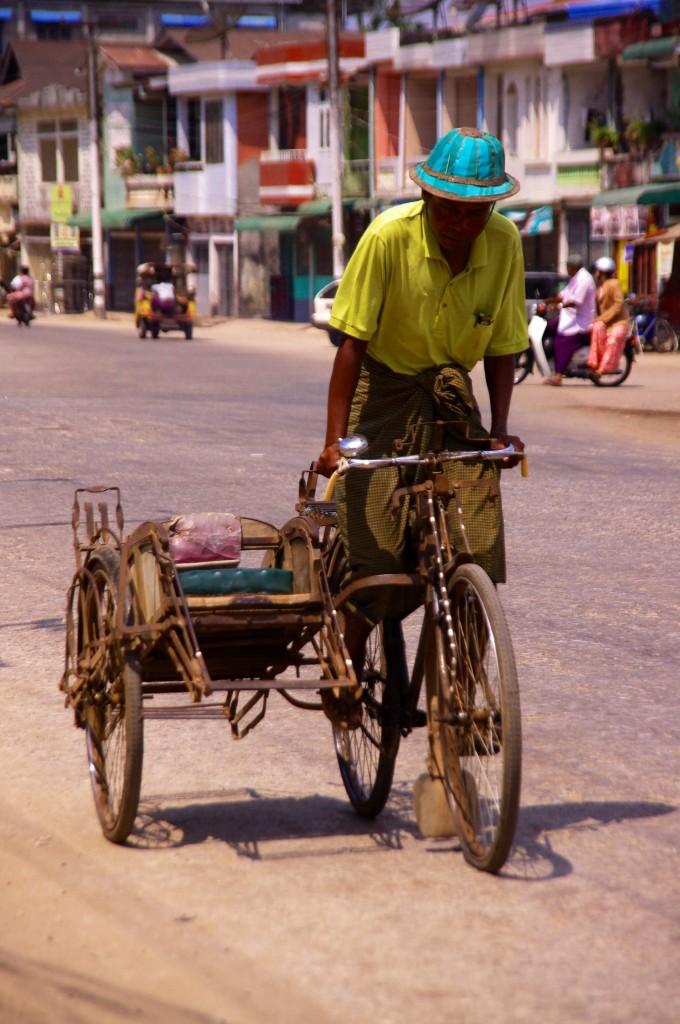 Mawlamyine: Bei der Hitze ein richtiger Kraftakt. Die Trishaw-Fahrer transportieren nahezu 24 Stunden alles Mögliche von A nach B.