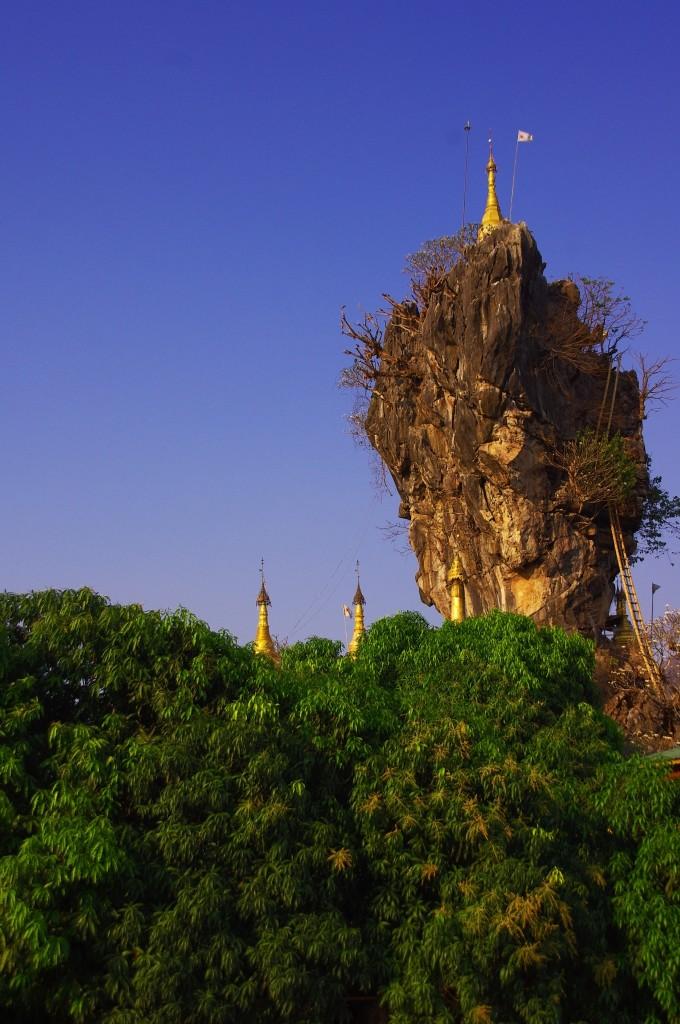 Rund um Hpa-An gibt es sehr schöne Ausflugsziele, die gut mit dem Moped zu erreichen sind. Hier das Kyaunkamlab Kloster, welches mitten in einem See liegt und wohl als einer der eigenwilligsten buddhistischen Bauten Myanmars gelten dürfte.