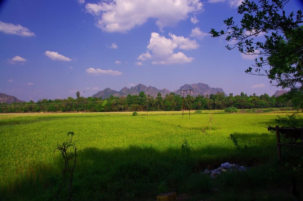Die Landschaft bei Hpa-An ist zwar sehr schön, aber nach ein paar Monaten Asien fällt unser erster Blick auf den Müllhaufen unten rechts.