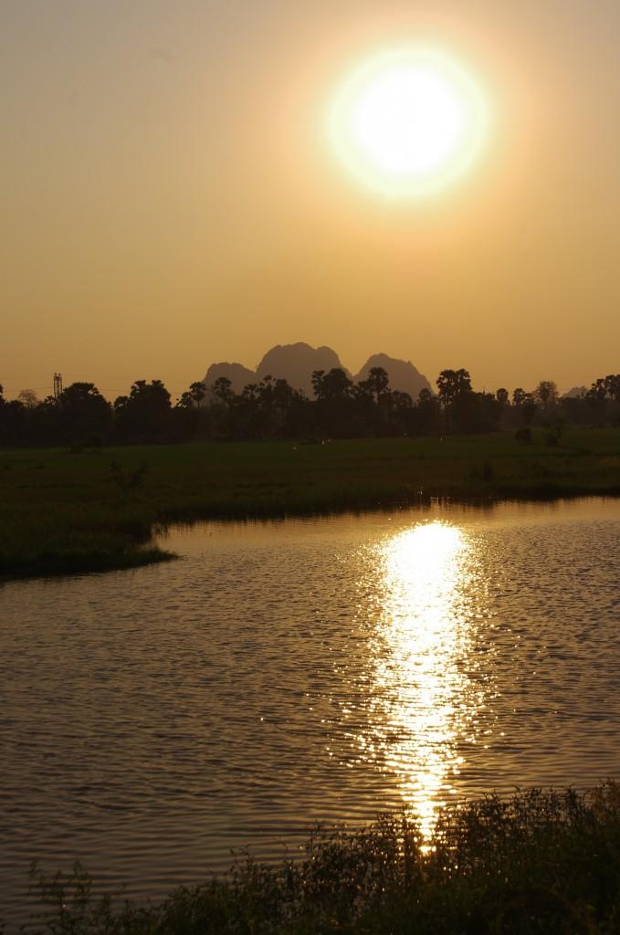 Hpa-An: Bei Sonnenuntergang sieht es fast so aus wie auf Cat Ba an der Halong Bay.