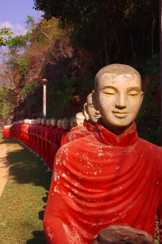 Hpa-An: Diese Statuen stehen am Wegesrand zur Höhle von Kawt Kataung. Was man hier sieht ist nur ein kleiner Abschnitt des von Mönchen gesäumten Weges.