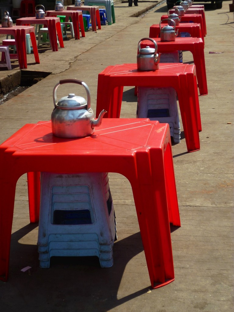 Yangon: Überall in der Stadt findet man Teehäuser und die dazugehörige Bestuhlung auf der Straße. Der Tee auf dem Tisch ist immer gratis, alles andere muss mit ein paar Kyat beglichen werden.
