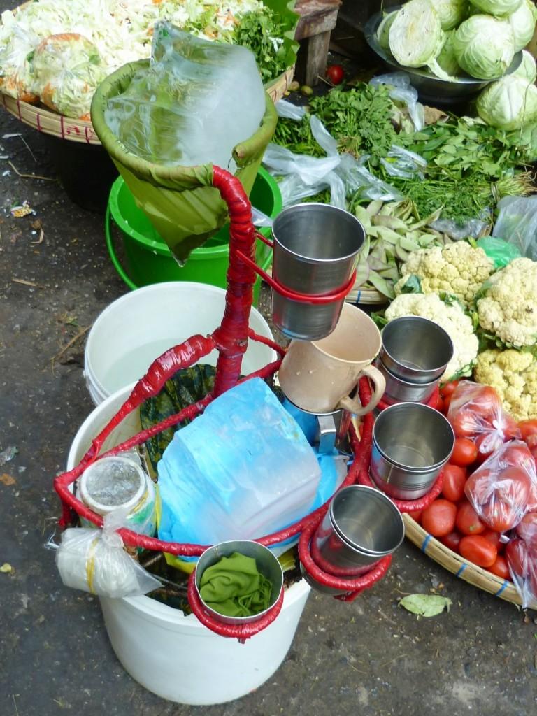 Yangon: Ein eisgekühltes Getränk auf burmesische Art. Angesichts der ungewissen Eisherkunft für Touristen eher nicht zu empfehlen, aber schön erfrischend sieht es aus.