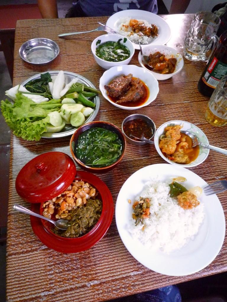 Yangon: In einer kleinen Seitenstraße unterhalb der Shwedagon-Pagode finden wir tolles kleines Restaurant mit einem leckeren Mutton-Curry und den typischen Gemüseschnippeleien. Warum sieht man eigentlich immer nur das Bier auf den Fotos und nicht die Zitronenlimonade, mit der wir uns ein Radler mixen?