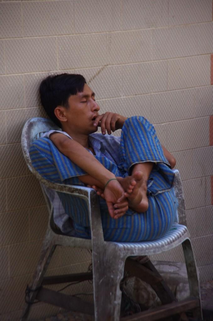 Yangon: Wer so schlafen kann, ist wirklich müde - oder einfach nur sehr gelenkig.