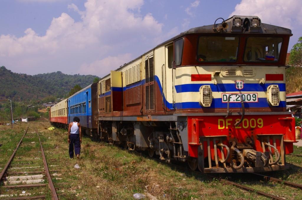 Eine ebenso leistungsstarke wie in die Jahre gekommene Diesellok zieht den Zug durch die Berge zwischen Thazi und Kalaw.